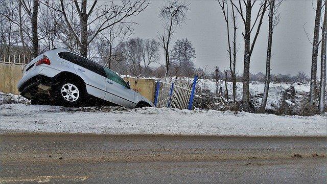 autonehoda na sněhu
