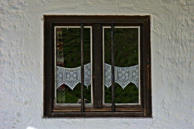 staré okno se záclonkami