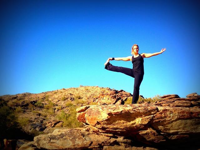 žena cvičí na horách