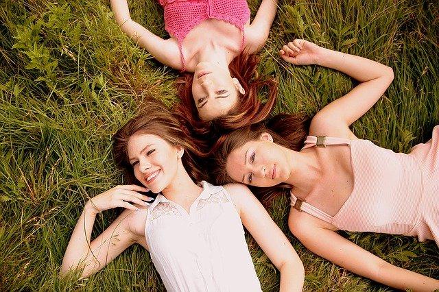 kamarádky v trávě