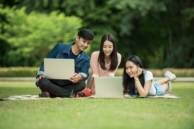 studenti na trávě