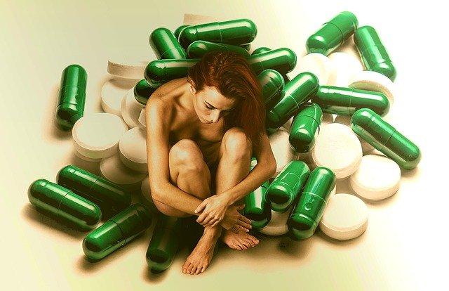 žena mezi pilulkami