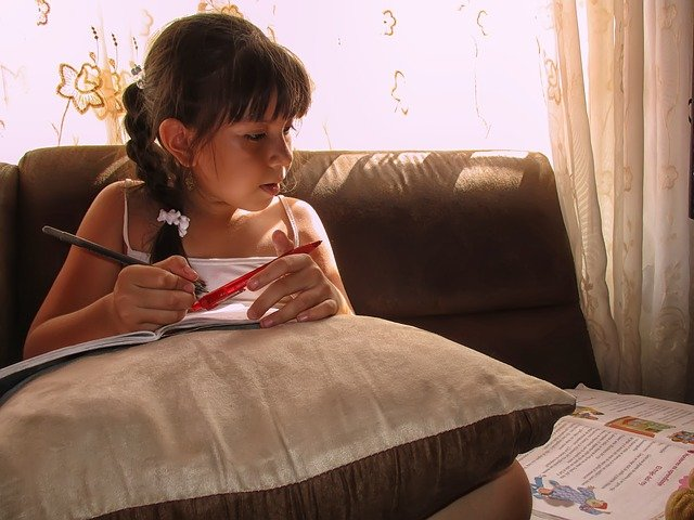 studující malá dívka