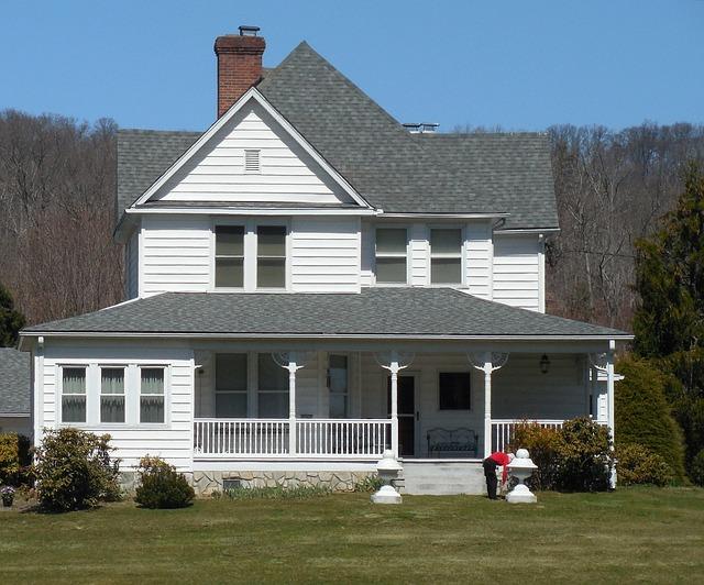 bílošedý dům