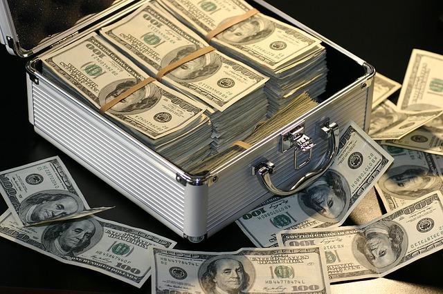 peníze v kufru a vedle