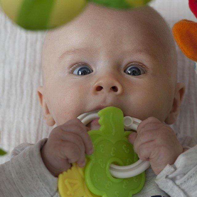 miminko s hračkou