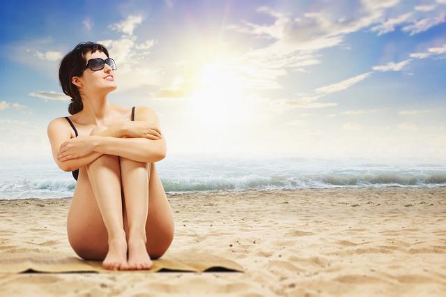 brunetka na pláži