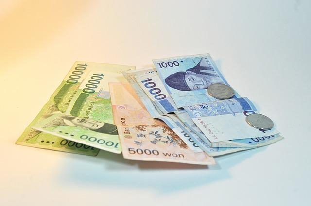 pět asijských bankovek a dvě mince