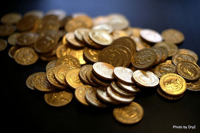 hromádka drobných zlatých mincí