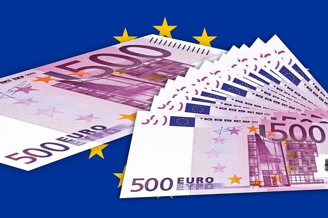 vějíř euro bankovek na modrém pozadí