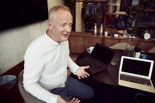 straší člověk u počítače