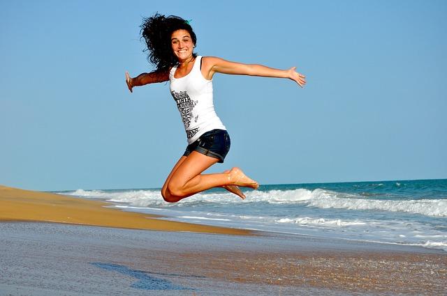 dívka na pobřeží při výskoku.jpg