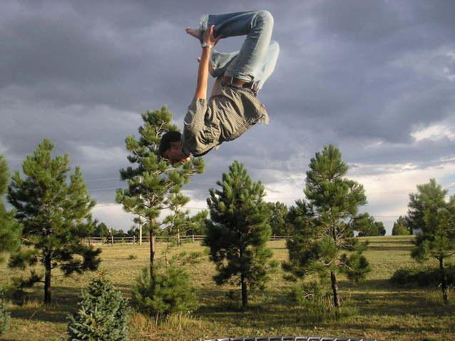 akrobatické skákání na trampolíně.jpg