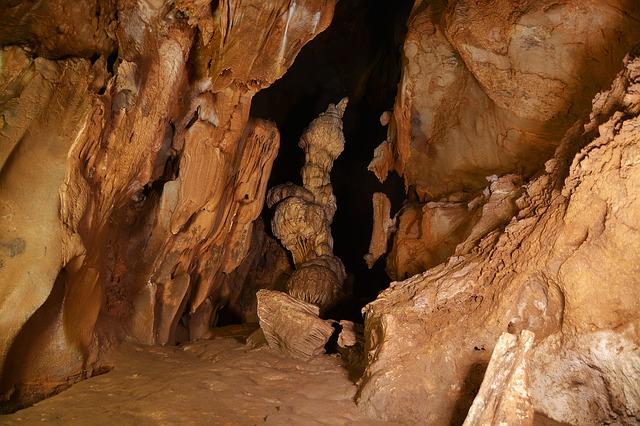 jeskynní labyrint s krápníkovou výzdobou