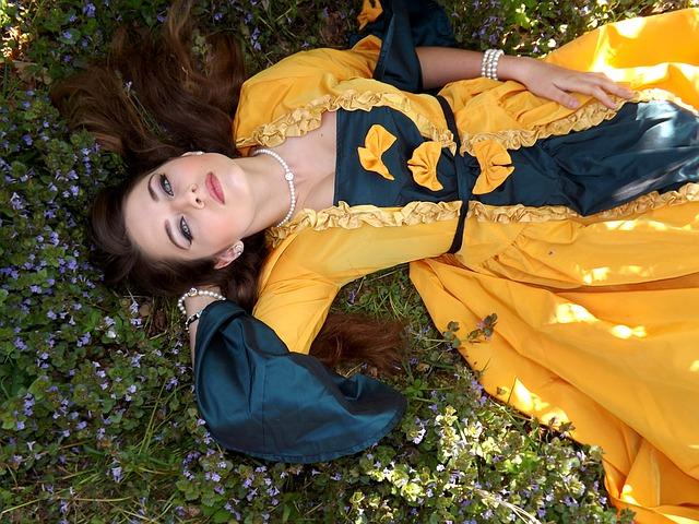 ležící žena v šatech.jpg