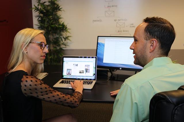 žena rozmlouvající u počítače s mužem a sjednávající podmínky zakázky