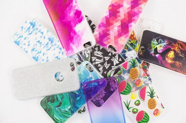 Různá barevná pouzdra a kryty na mobily