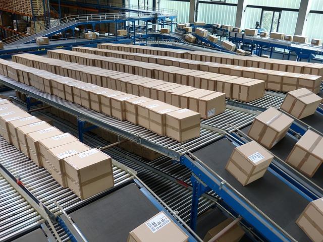 zboží v krabicích ve velkém logistickém skladu