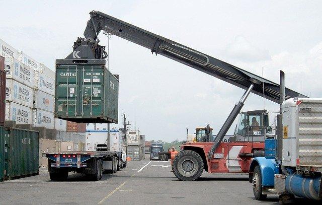nakládání velkého kontejneru