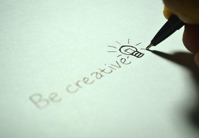 nápis buďte kreativní