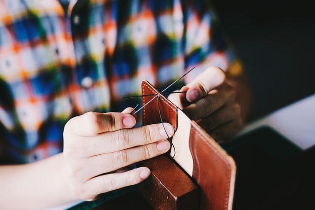 Ruční šití koženého výrobku