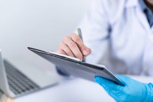 lékař zapisující si údaje
